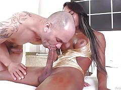 Ebony tranny's big cock tastes really good @ ts now! big bunda