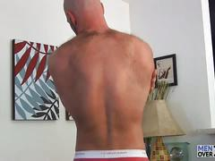 Muscled daddy bear strips and wanks