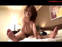Milf giving blowjob fucked by young guy creampie on the bed