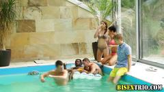 Bisex going on in the pool