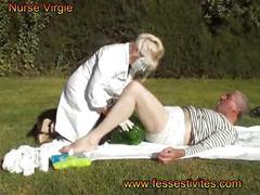 Nurse virgie change un gros bébé