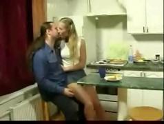 Dando a buceta pro padrasto na cozinha - tvbuceta.com