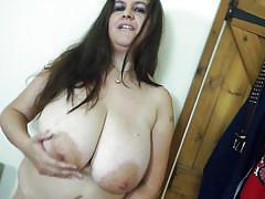 Euro mature juggles her gigantic boobs