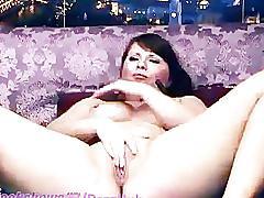 Brunette bbw fingers pussy