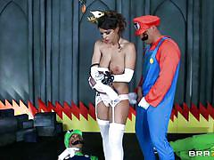Princess daisy rewards mario and luigi after they rescue her