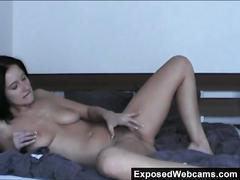 Teen camwhore enza rubs herself