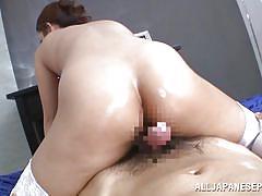 Olied slut rides me