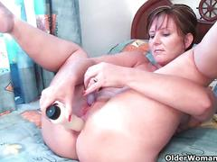 British milf joy pushes dildo up her ass