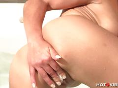 Sara may masturbates in the bathtub