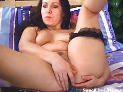 Brunette girl playing with her two holes1.flv