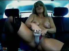Donna viene in auto