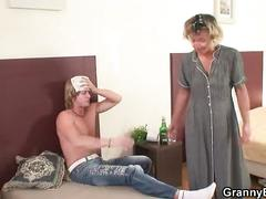 He plays his mature pussy then fucks