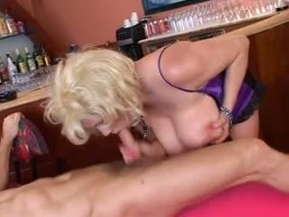 Une mature aux gros nibards se fait pilonner le cul