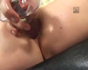 Mature poilue joue avec un gode et baise