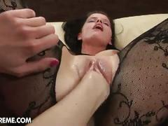 White meat fists her sweet pussy