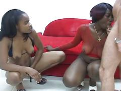 Two ebony babes suck white dick in threesome