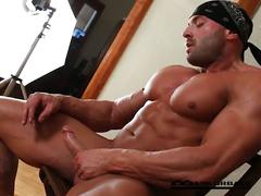 Sexy bodybuilder jerks off big cock