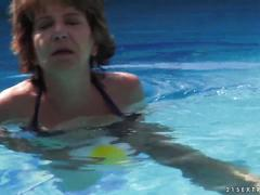 Mom educes her young neighbor in the pool