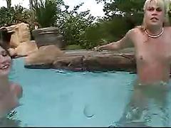 3 amigas en la piscina