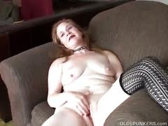 Sexy redhead mil toying her self.