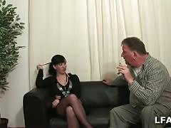 Brunette se fait exploser l anus