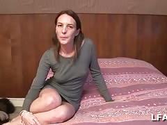 Elle se touche le clito avec son vibro