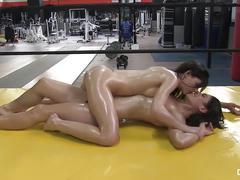 Chicasloca - pelea de sensuales gatas aceitadas (espagnol)