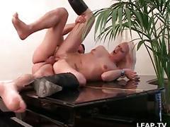 Salope blonde baisee et sodomisee sur le piano