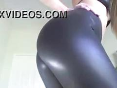 Culona en leggings de latex