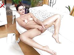 Sexy milf stretches her cunt