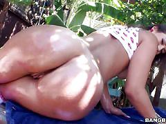 Huge oiled up ass does the splits