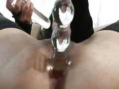 Puta tetona se mete un dildo en el culo