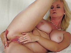 21sextreme horny mature blonde getting her chi...