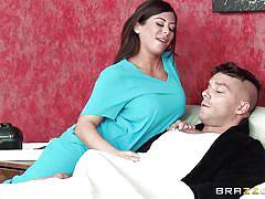 Kinky nurse seduces a horny patient
