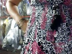 Vendedora muestra la tetas en tienda