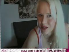 Blonde hexe spielt mit dildo an sich herum