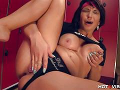 Amanda x squirts using hotgvibe during workout