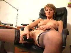 Mature dildoing her pussy