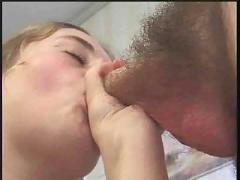 Jeune debutante poilue baise pour la premiere fois devant une camera