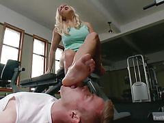 Sexy trainer gets her toes licked