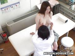 Spycam wife seduced by a masseur and gets her pussy...