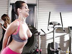 Babe works out hard in the gym