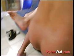 Squirt prise par surprise elle ejacule sur son canape !!! french amateur