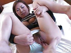 Pretty asian gives an awesome head
