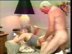 Abuelo con una joven
