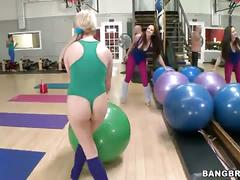 Sexy babes set a lesbian threeway in the gym