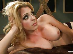 Sensual tranny deserves satisfaction