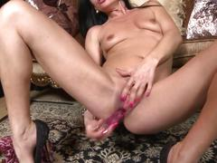 Mature sweet mom feeding her old vagina