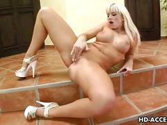 Blonde babe cindy masturbates