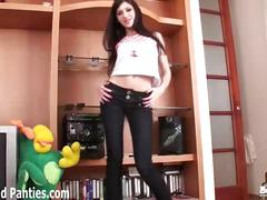 Teen cutie sinti flashing her panties in jeans